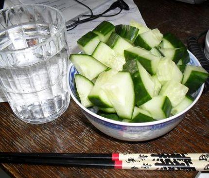 check out 886de f58f8 Detta äter jag när jag ska gå ner i vikt  kolsyrat vatten och gurka. Man  blir inte mätt på det.